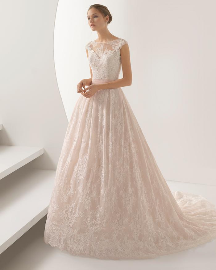robe mariée dentelle avec une jupe évasée et un top en dentelle avec une ceinture rose, coupe princesse