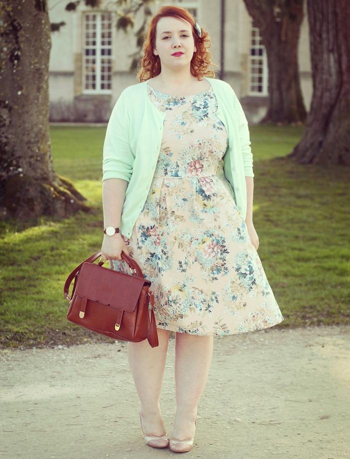 idée de robe pour femme ronde à imprimé floral, gilet vert clair, sac à main tendance marron, chaussures rose, coiffure vintage