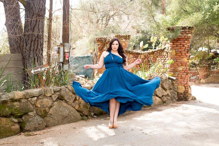 modele de robe grande taille chic en bleu style grec, cheveux chatain foncé sur le coté, tenue de ceremonie femme