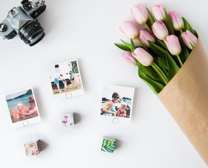 idee cadeau fete des meres originale, des cubes à motifs colorés avec fil de fer comme accroche photo, diy porte photos