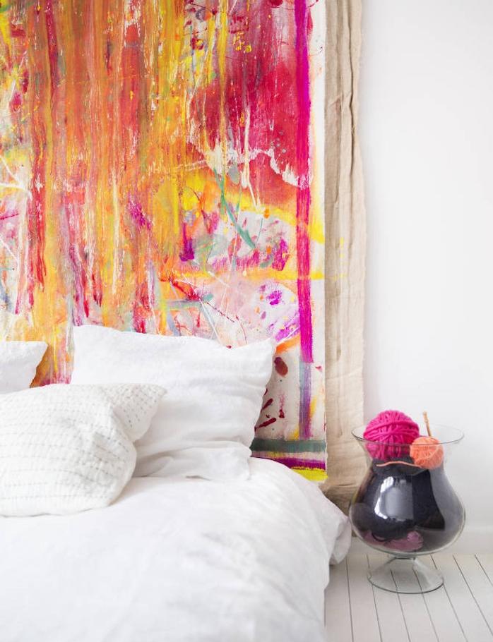 deco tete de lit en toile colorée, parquet blanc linge de lit blanc, deco chambre style scandinave artistique