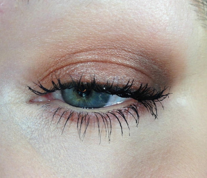 maquillage paupiere neutre, couleur rose pâle et gris, maquillage sans eyeliner