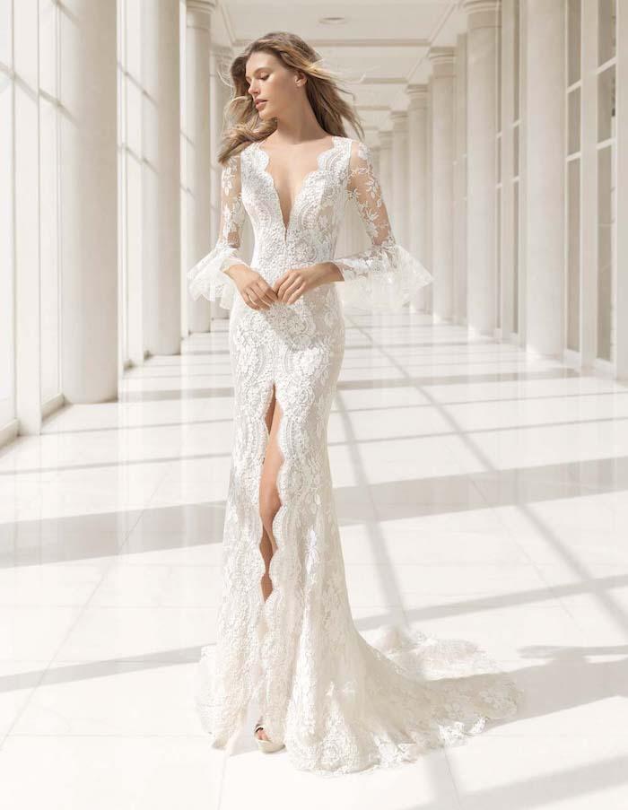 robe de mariée dentelle élégante avec des manches transparentes aux fleurs brodées et une fente de devant]