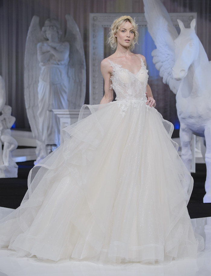 robe de mariage princesse avec une jupe en tulle à plis et bustier à décoration florales, coiffure décontractée