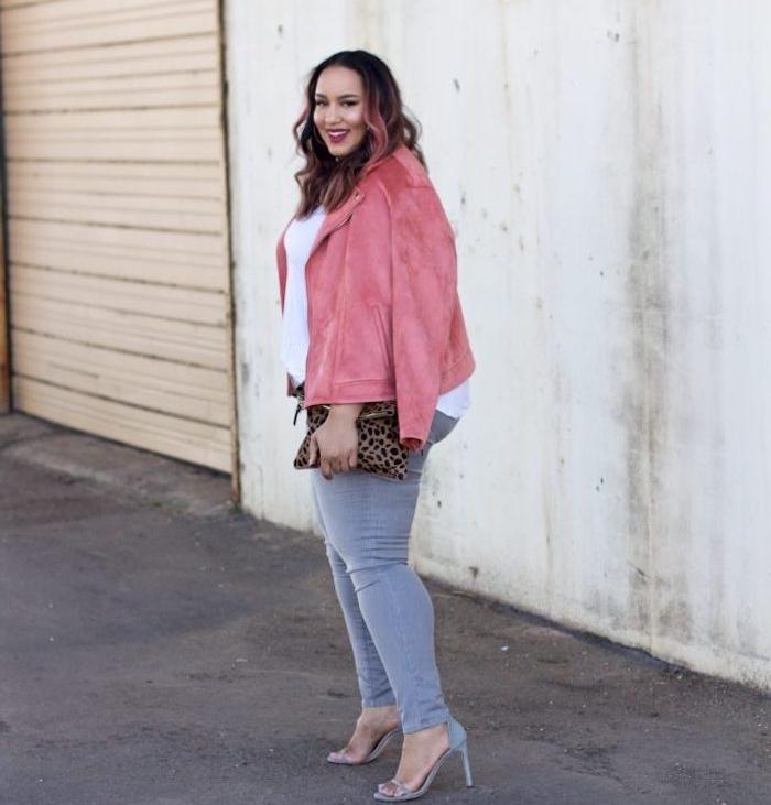 chemise rose pale, tee shirt blanc, pantalon moulant gris, chaussures à talons gris, pochette femme leopard