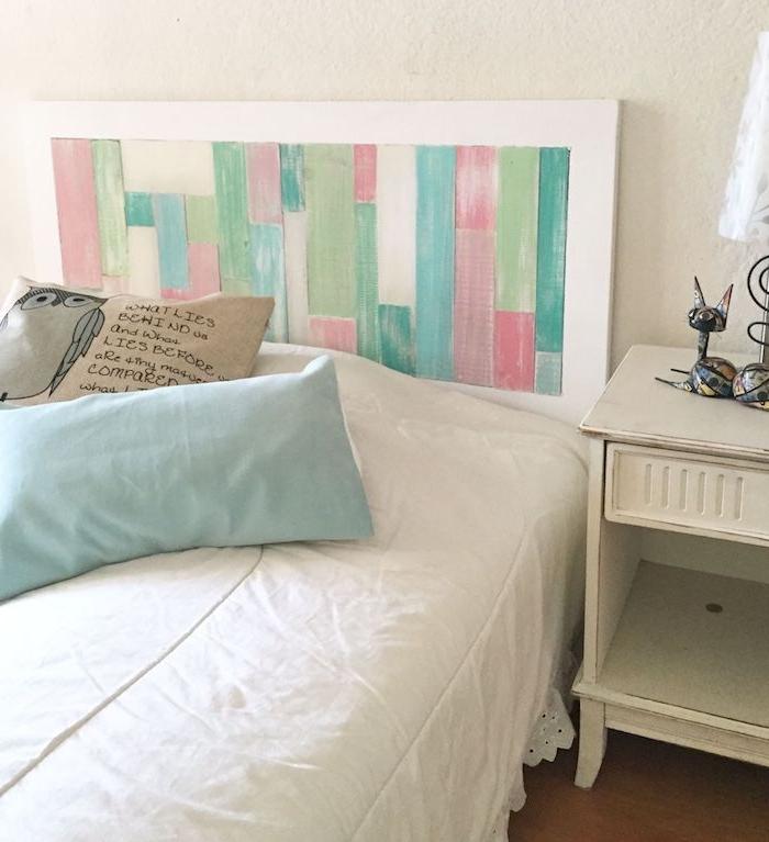 fabriquer tete de lit originale en planches colorées, linge de lit blanc avec des coussins decoratifs et table de nuit blanche
