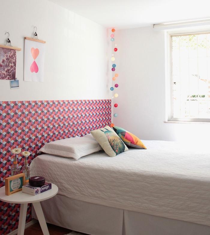joli papier peint graphique en tête de lit, posé tout au long du mur pour dynamiser la petite chambre à coucher vintage
