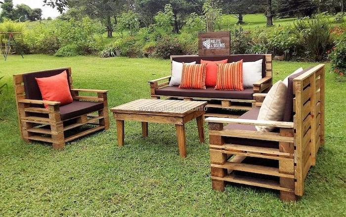meubles de jardin en palettes, fauteuil, canapés et table basse de bois de palette sur gazon au milieu d un jardin