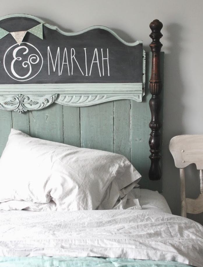 fabriquer une tete de lit en bois patine bleue, peinture ardoise pour écrire à la craie, linge de lit blanc, meubles chambre à coucher vintage