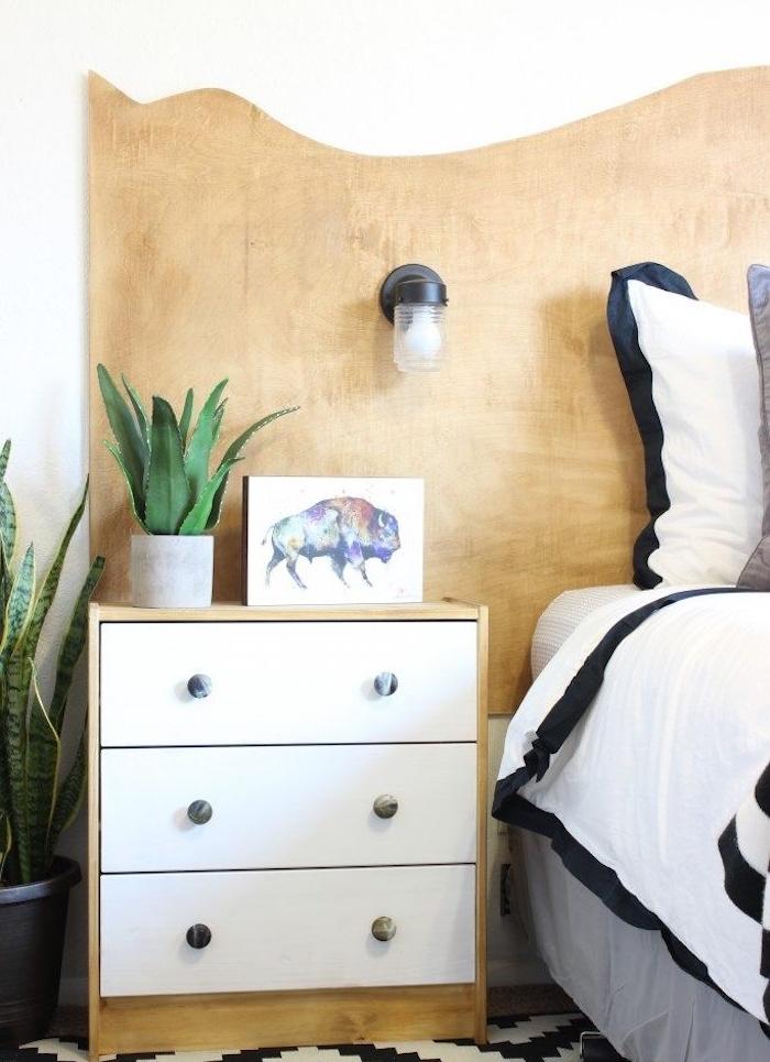 idée comment fabriquer une tete de lit en bois, panneau bois mdf taillé, table de nuit bois, linge de lit noir et blanc