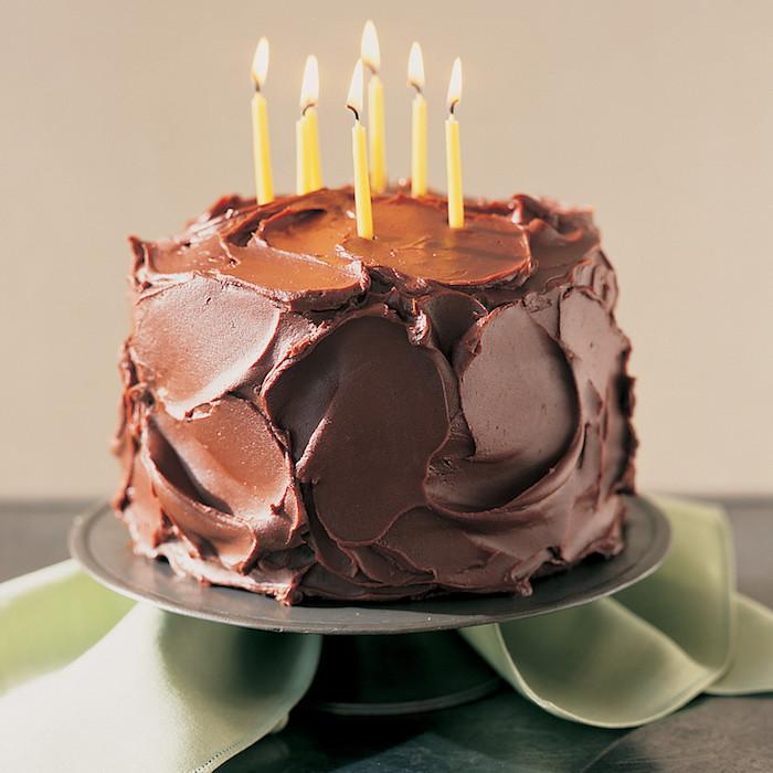 Gâteau d'anniversaire au chocolat gateau chocolat anniversaire cool idée simple gâteau avec beaucoup de chocolat