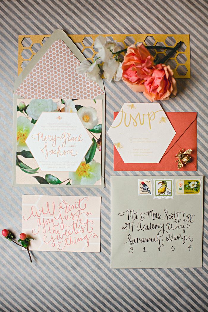 association imprévue de motifs géométriques et floraux pour un faire part mariage boheme dans l'air du temps
