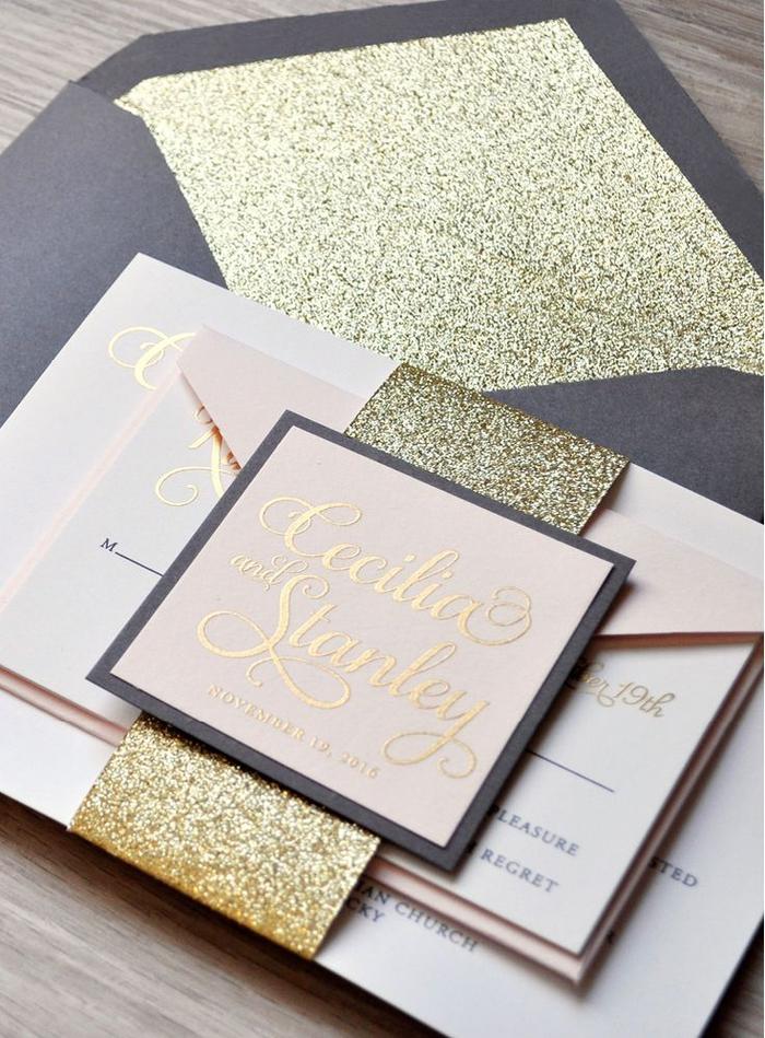 modèle glamour d'un faire part élégant en rose poudré et or assorti avec une enveloppe noire à doublure rose pailletée