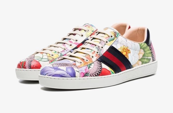 idée pour trouver ses baskets femme tendance, modèle de sneakers blancs avec décoration colorée à design florale et géométrique
