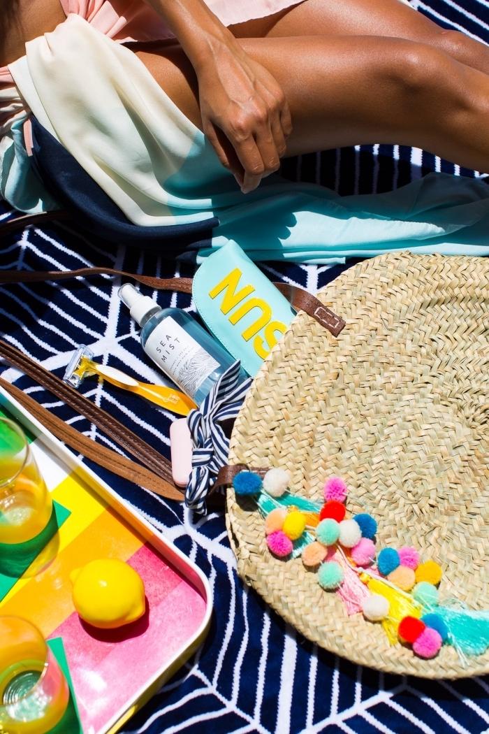accessoires fashion pour la plage avec sac à main en paille et poignée de cuir marron foncé décoré avec pompons colorés