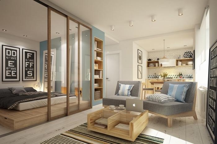 astuce pour deco petit appartement avec peinture pan de mur en bleu et portes coulissantes pour diviser la chambre à coucher du salon