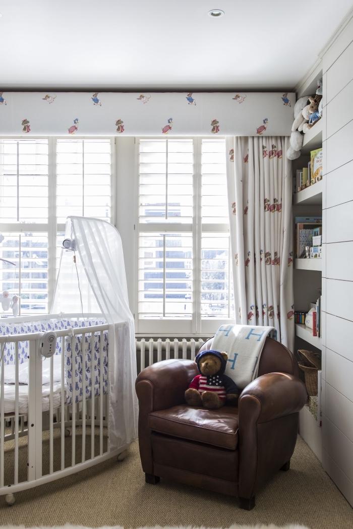 aménagement de chambre bébé avec bibliothèque encastrée et grand fauteuil de cuir marron, modèle de lit bébé avec baldaquin