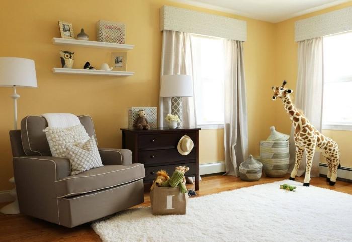 déco de pièce enfant aux murs jaunes avec plafond blanc et tapis moelleux blancs sur plancher de bois stratifié