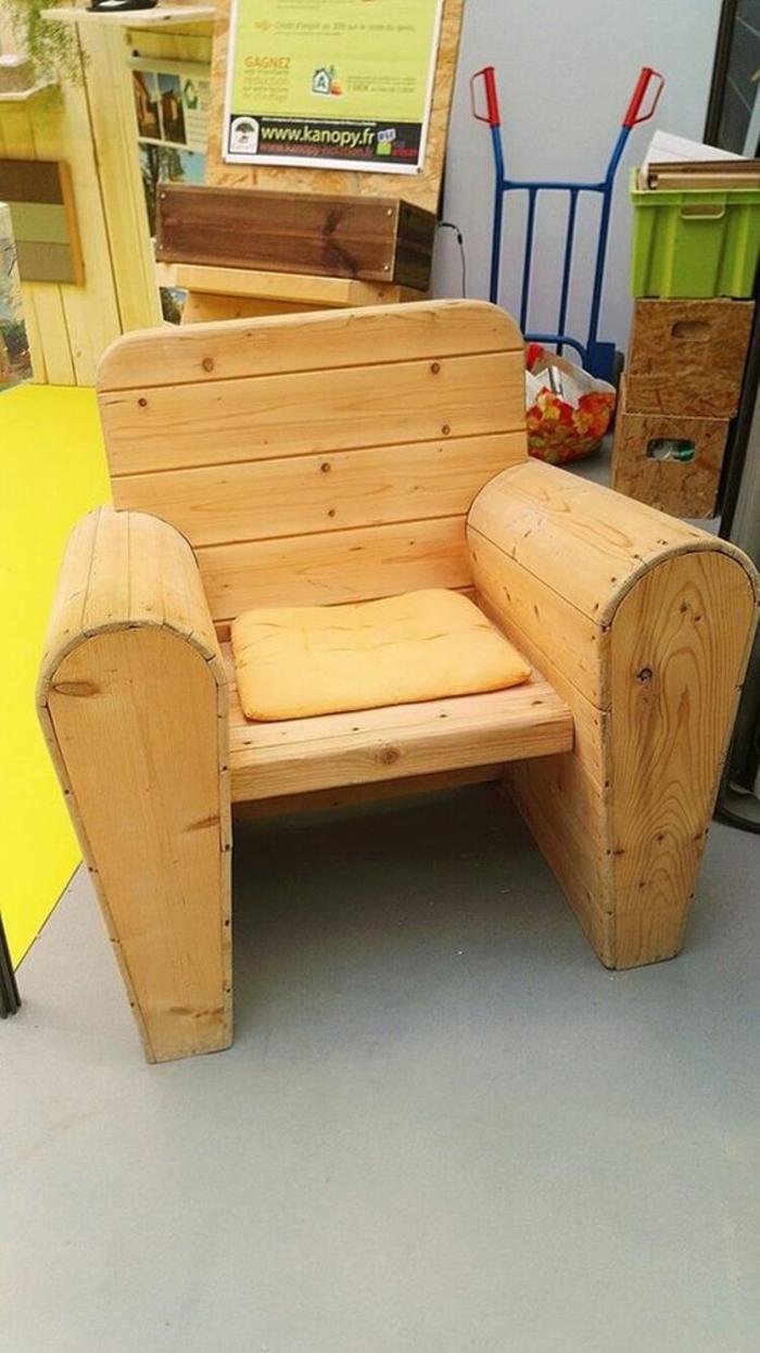 salon de jardin en palette, banc en palette, banquette en palette, fauteuil palette, deux accoudoirs massifs, petit coussin carré jaune