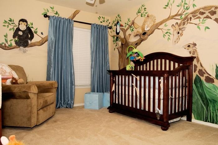 design mural en peinture beige avec dessin animaux dans une pièce nouveau-né avec fauteuil en velours marron
