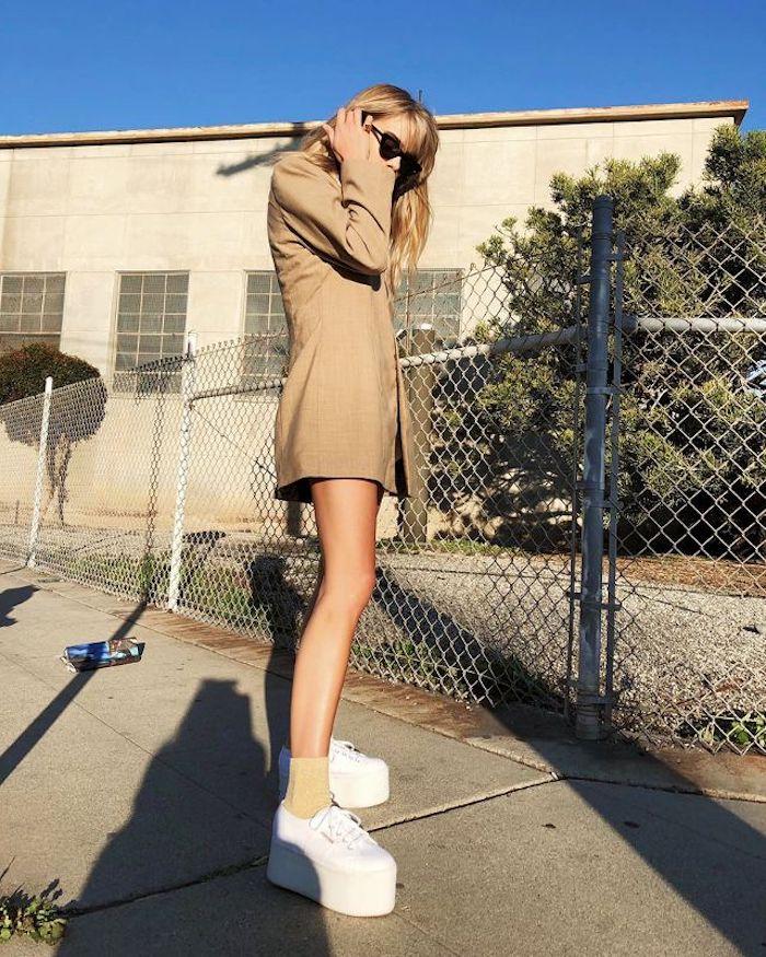 Basket femme habillé chaussures argentées femme ideee tenue veste longue basket blanche plateforme
