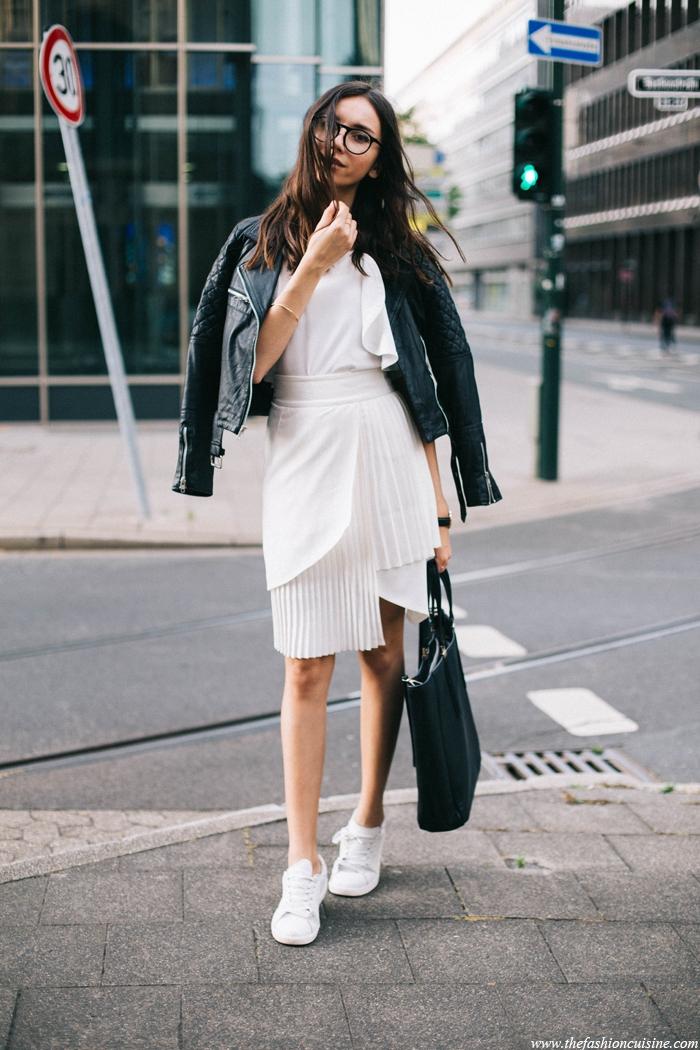 Baskets métallisées tenue avec pantalon noir tenue sneakers merveilleuse jupe et top blanche basket veste en cuir