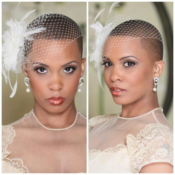 coiffure mariee, tete rasée, voilette blanche et grande fleur blanche avec grande plume blanche, boucles d'oreilles en perles blanches, robe en dentelle ivoire avec décolleté en organza ivoire