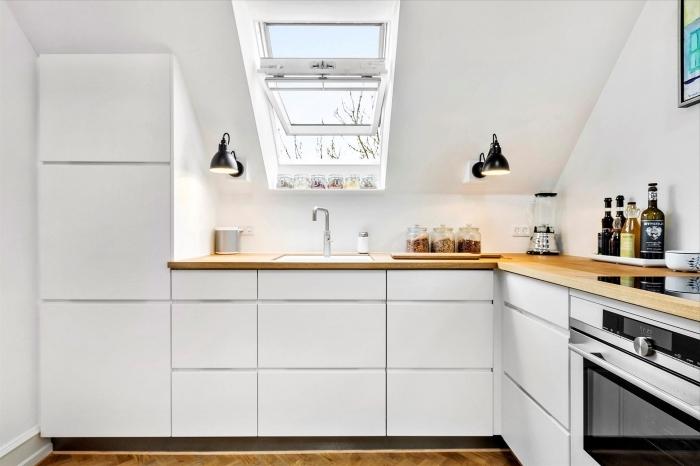 comment optimiser l'espace dans une petite cuisine avec le choix de meubles sans poignées, déco en blanc et bois dans la cuisine moderne