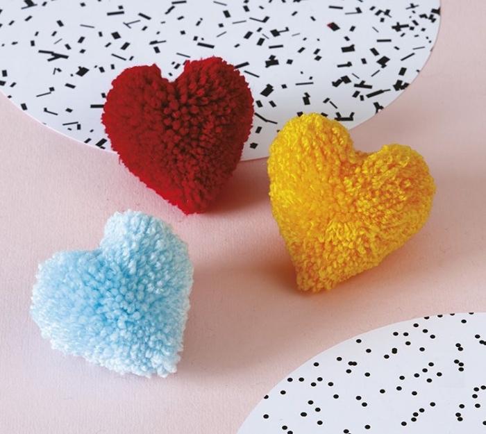 petits objets décoratifs en forme de coeur fabriqués avec pelotes de laine, comment faire des pompons en forme de coeur