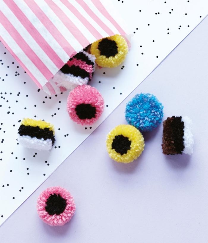 objets décoratifs fabriqués avec pelotes de laine multicolore, petits bonbons roses et jaunes fait de laine