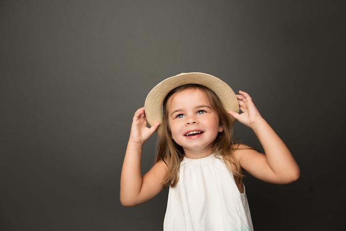 Coiffure pour enfant coupe cheveux enfant coupe fille mi long robe blanche fille chapeau coiffure simple