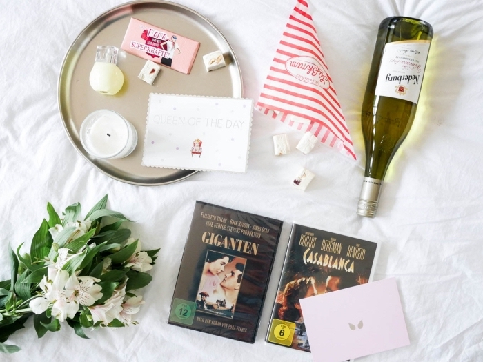 organiser une soirée de ciné pour célébrer la fête des mères avec sa maman, plateau avec desserts et bougies