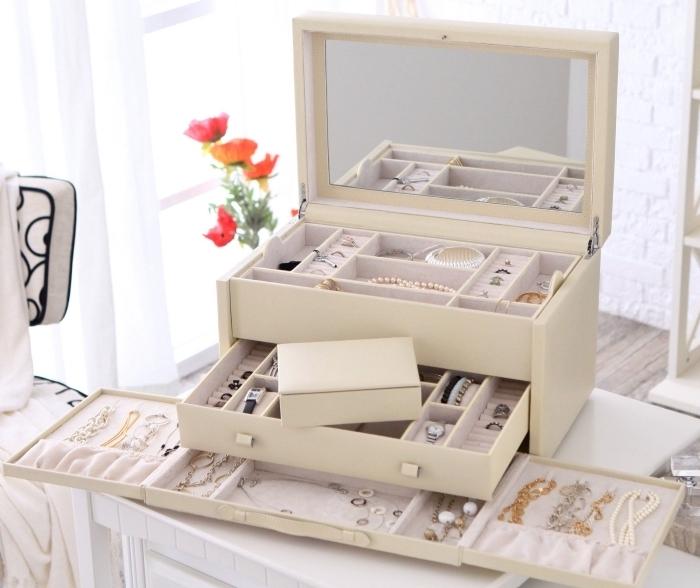 boîte organisateur pour bijoux et accessoires féminins à installer sur un bureau dans la chambre à coucher