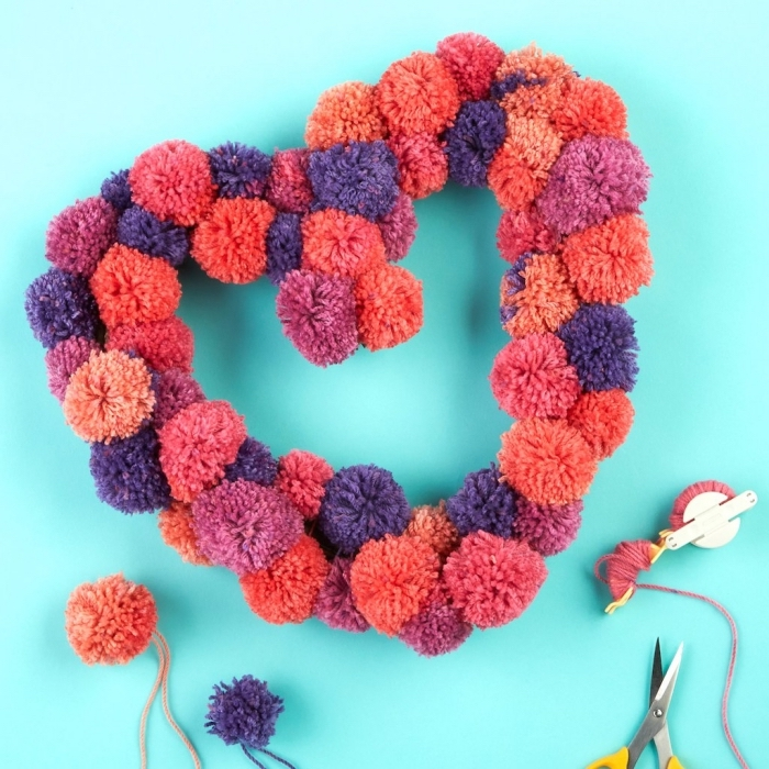 activité manuelle maternelle facile avec laine, couronne en forme de coeur fabriquée avec pompons rouges et bleus