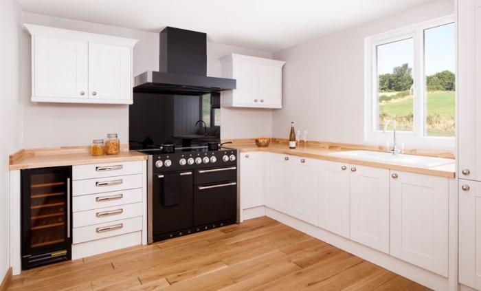 comment associer les couleurs dans une cuisine moderne au plancher de bois stratifié avec murs et armoires blancs