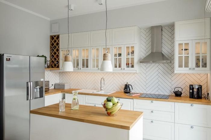 modèle de meuble plan de travail cuisine en blanc et bois, déco de cuisine de style moderne et traditionnel