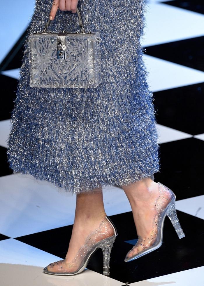 idée comment porter les chaussures à talons transparentes avec une robe longue et sac à main à design clair