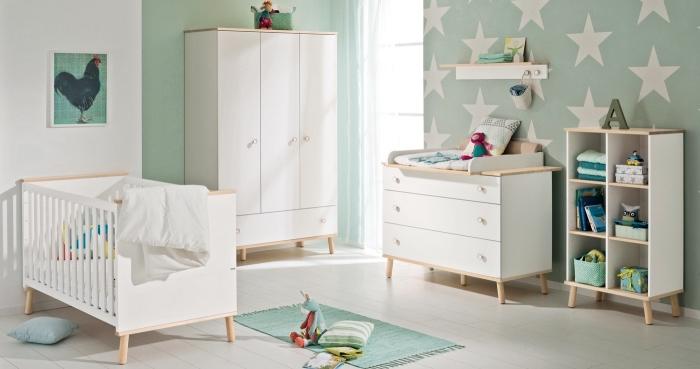 exemple quelles couleurs associer dans une pièce enfant mixte, chambre aux murs blanc et verts avec déco en étoiles blanches