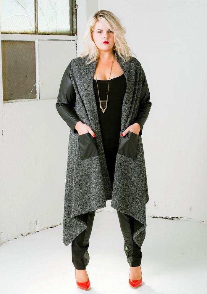 vêtement femme grande taille, gilet gris, tee shirt noir, pantalon en cuir moulant, chaussures rouges, collier or