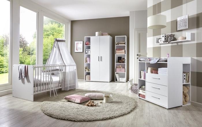 aménagement de pièce nouveau-né aux murs en taupe et avec pan de mur en papier peint carré, mobilier de bois blanc