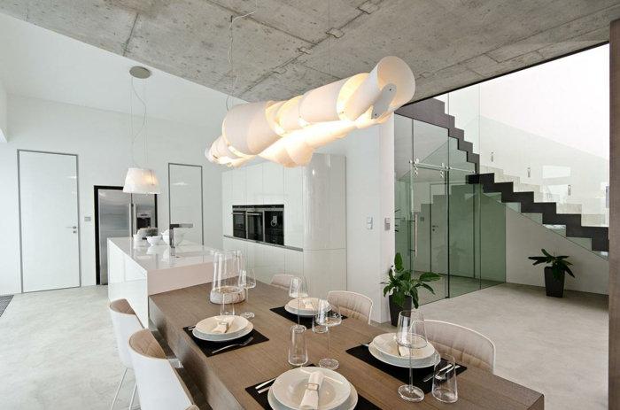 plan de travail ilot central, ilot de cuisine blanc et bois, grande prolongation comme table, plafond en béton