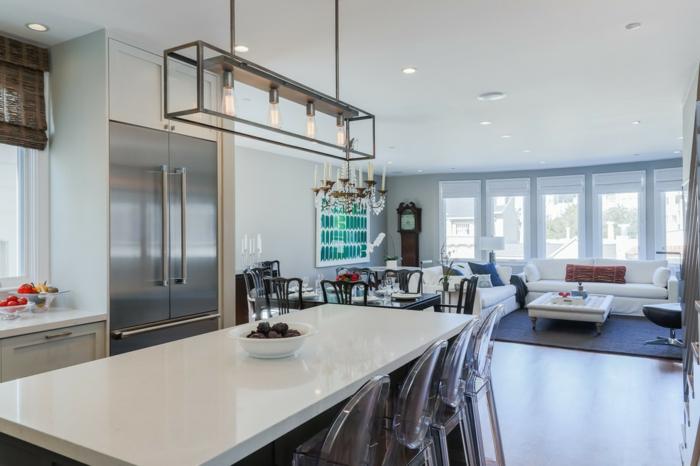 joli ilot central cuisine en blanc avec des chaises acryliques, cuisine design moderne à plan ouvert