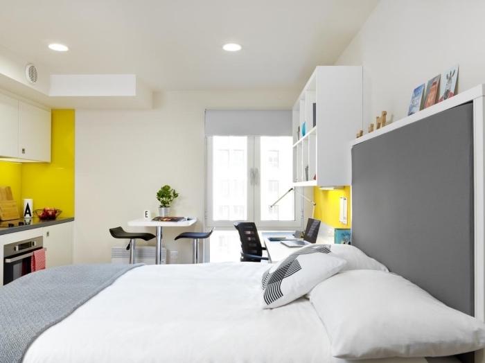 exemple comment amenager studio 15m2 aux murs blancs avec accents jaunes en décoration murale partielle