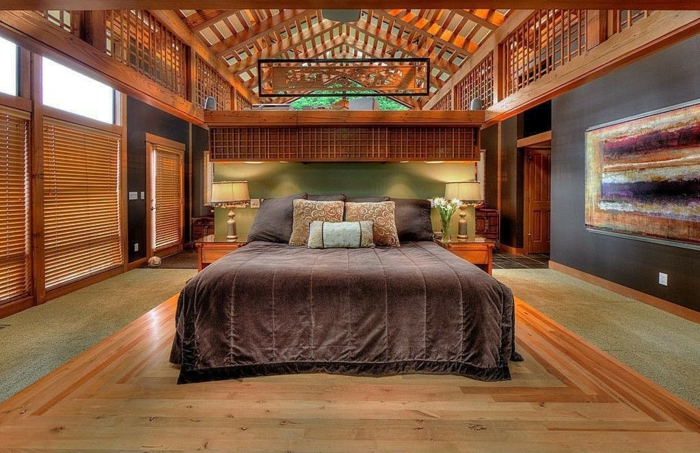 chambre à coucher chaleureuse, grand lit avec une couverture marron, plafond en bois