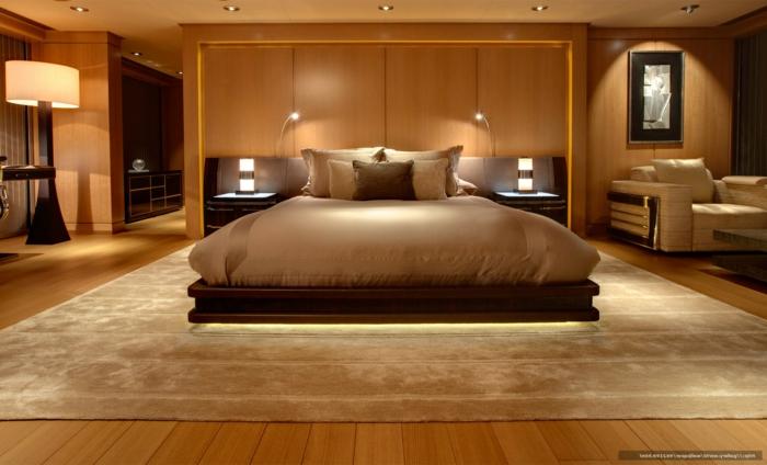 lit plateforme simple et stylé, grand tapis beige, chevets avec des lampes, atmosphère romantique