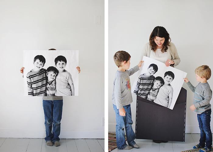 une grande enveloppe noire avec une photo noir et blanc a l interieur, cadeau original fete des meres