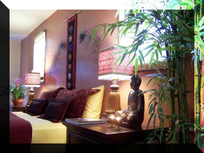 grandes lampes à abat-jour, commode en bois solide, statuette bouddha, coussins déco burgundy