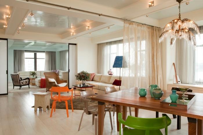 décorer le salon salle à manger, idee deco salle a manger, chaises colorées, canapés en couleurs modernes
