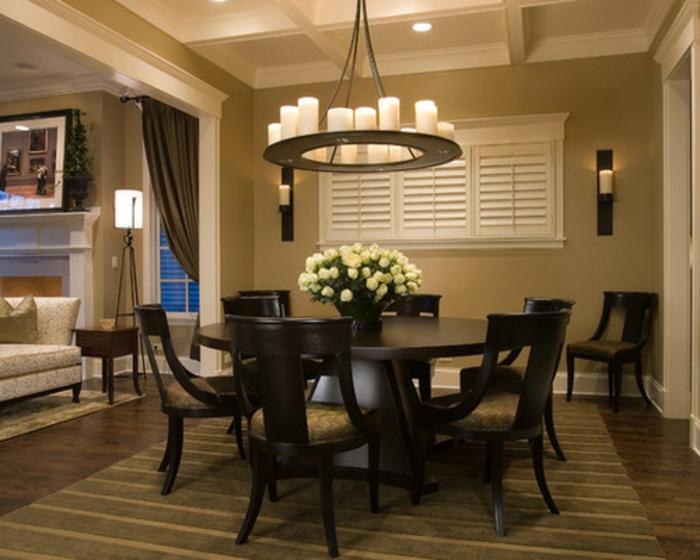 table ovale dans un salon salle de séjour, idee deco salon beige, plafonnier original, bougeoirs muraux