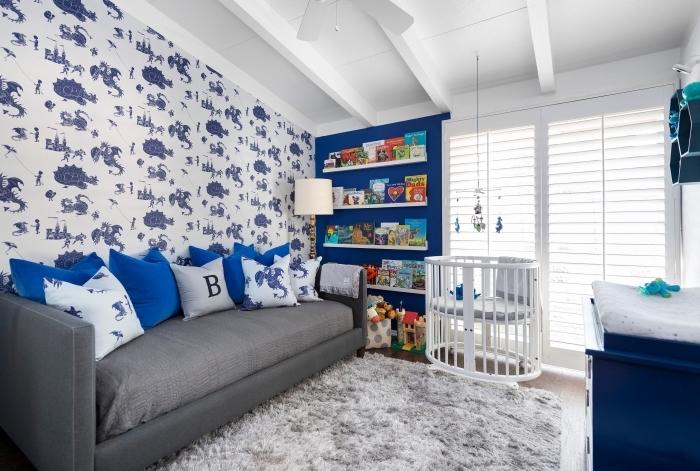 intérieur moderne en look bicolore avec murs et meubles en bleu et gris, déco de chambre nouveau-né avec tapis moelleux
